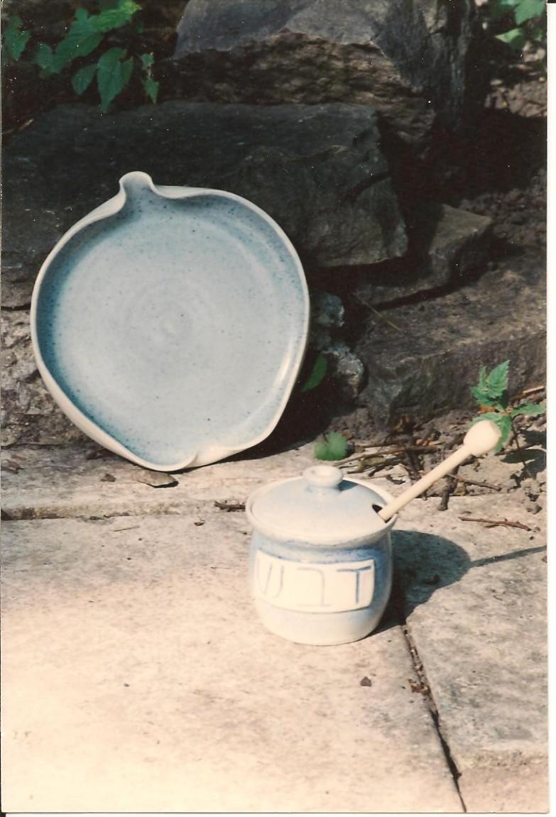 Rosh Hashanah: apple plate and honey pot